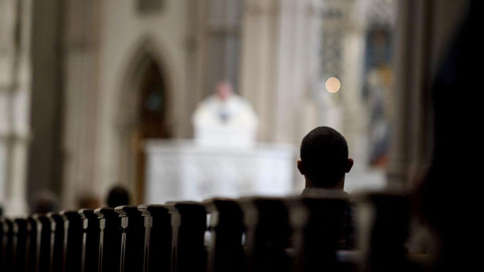Messebesucher in der St. Pauls Kathedrale in Pittsburgh - Tausende Kinder wurden von Priestern missbraucht