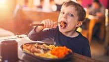 Ein Kind isst im Restaurant - Restaurant auf Rügen sperrt Kinder aus