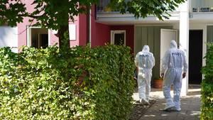 Beamte der Spurensicherung betreten den Tatort