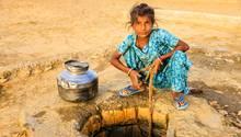 Mädchen sucht nach Wasser