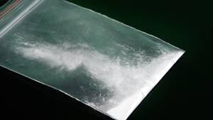 Ein Päckchen mit weißem Pulver