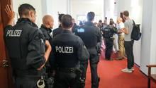 """Prozessbeginn in Leipzig, ein Polizist sagt über die rechten Randale als Zeuge: """"Sah aus wie im Kriegsgebiet""""."""