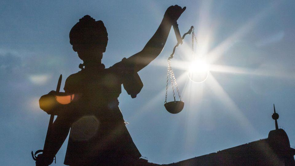 Die Justizia auf dem Römerberg in Frankfurt: Bei der Abschiebung des mutmaßlichen Gefährders Sami A. haben sich die staatlichen Institutionen nicht gerade mit Ruhm bekleckert.