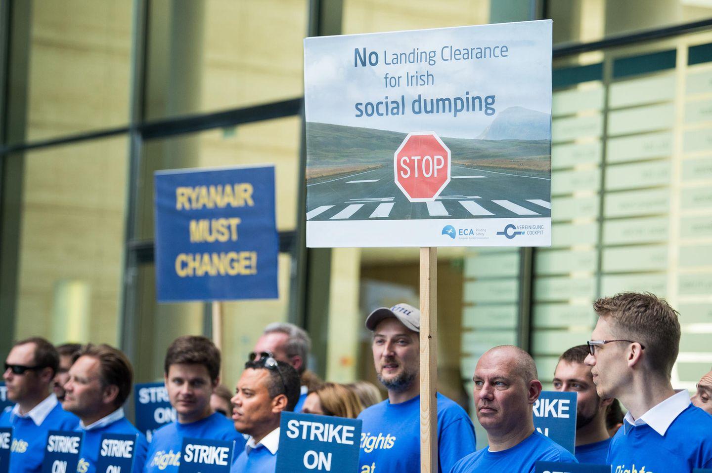 """Mit über 90 Prozent hatten Ryanair-Piloten in ganz Europa für Streiks gestimmt. """"Ryanair muss sich verändern"""", fordern Mitarbeiter auf einem Transparent in Frankfurt."""