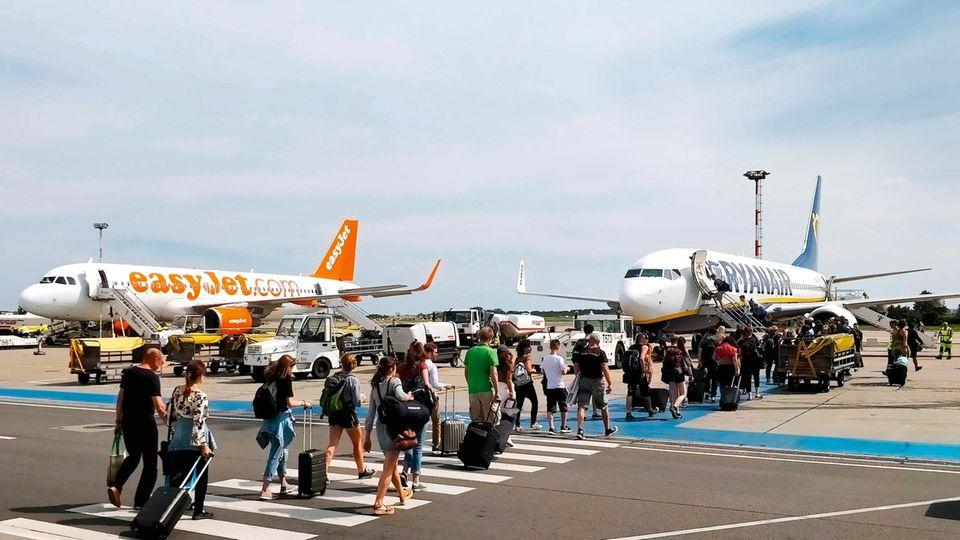 Vor dem Abflug: Passagiere auf dem Weg zu ihren Maschinen am Flughafen Berlin-Schönefeld