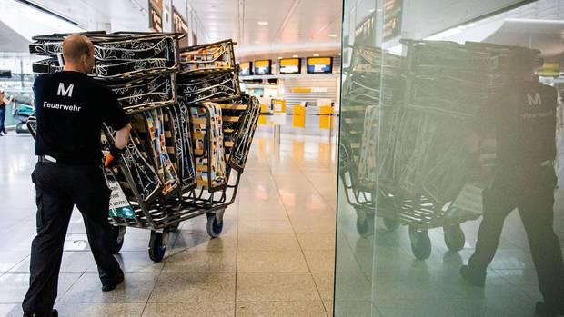 Ein Bett am Flugfeld: In München werden Notbetten transportiert. Hunderte Passagiere mussten im Terminal schlafen