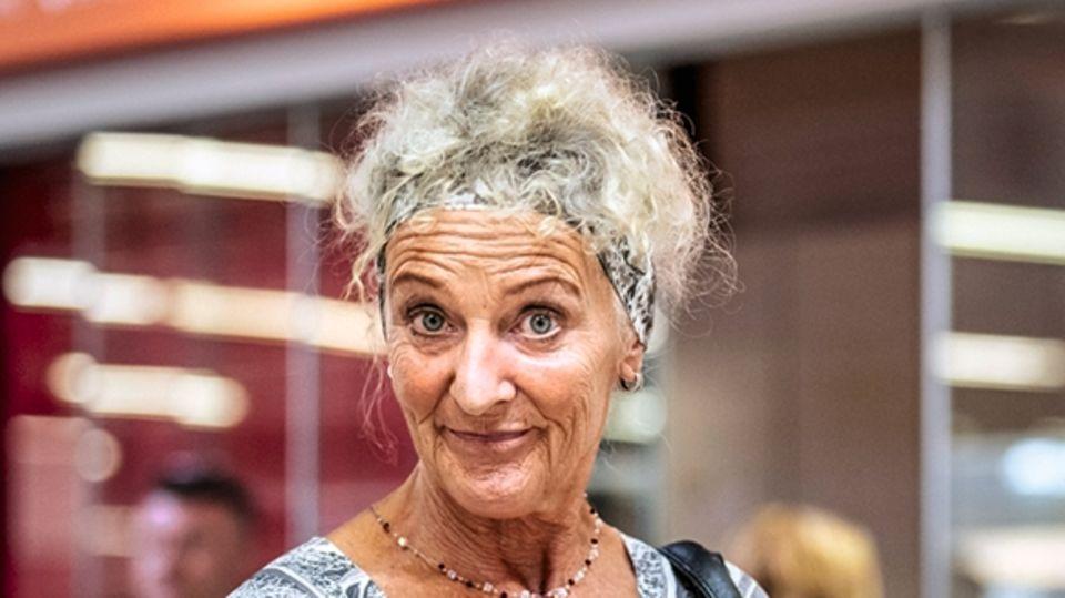 Eigentlich wurde Gabriele Ackermann, 64, am vorvergangenen Freitag zu Hause in Lichtenstein bei Reutlingen erwartet: Sie musste sich um ihre kranke Mutter kümmern und am nächsten Morgen arbeiten. Weil ihr Flug mit Easyjet nach Stuttgart ausfiel, wurde daraus nichts. Schlimmer noch: Niemand half ihr am Flughafen oder informierte über Alternativen. Sie buchte auf eigene Faust neu.