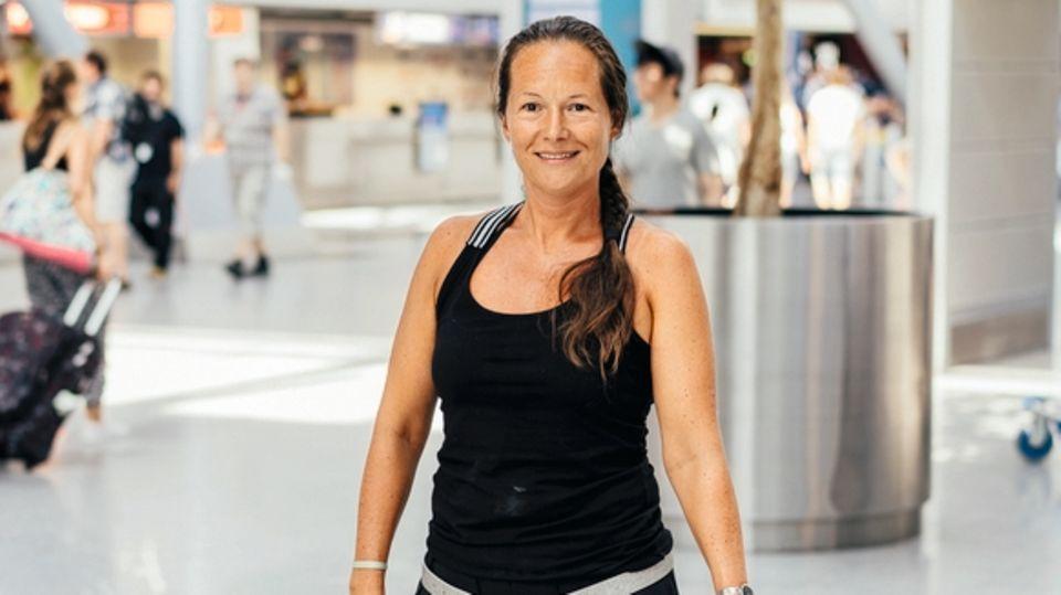 """Julia Sierksma, 39, war auf dem Weg zu ihrem Verlobten in Krakau, als ihr Flug mit der ungarischen Wizz Air gestrichen wurde: Das Flugzeug war defekt, Ersatz nicht verfügbar. Sie musste im Hotel schlafen, bevor es am nächsten Tag mit der reparierten Maschine weiterging. Die Kosten trug erst mal sie: """"Erst Monate später bekam ich mein Geld, aber nur, weil ich so emsig hinterher war."""""""