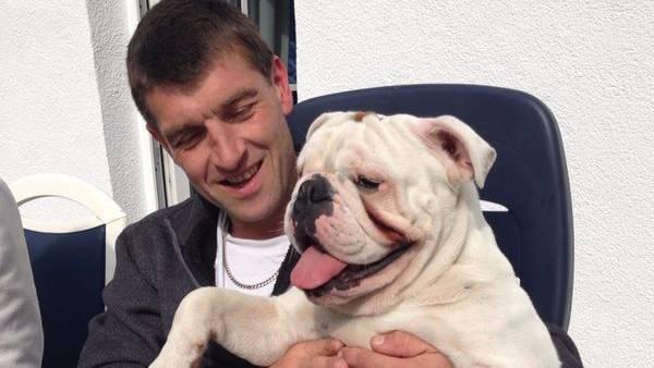 Familienvater Sven J. hält Marlon in Händen. Die Englische Bulldogge war der ganze Stolz der Familie.
