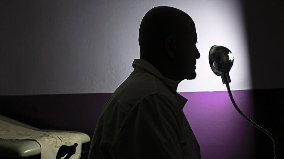Dieser Arzt ist einer von nur fünf im Land, die Abtreibungen vornehmen. Das Gesetz sieht auch für Mediziner, die Frauen helfen, hohe Haftstrafen vor