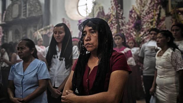 Gläubige beten die Jungfrau Maria an. Die katholische Kirche sowie Evangelikale bestimmen das gesellschaftliche Leben im Land. Das absolute Abtreibungsverbot aus dem Jahr 1998 wird von vielen gutgeheißen