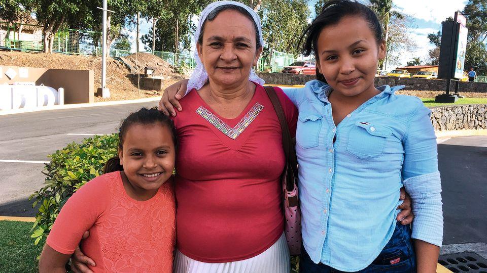 Albas Töchter Lizzeth, 11, (l.) und Juana, 14, (r.) mit Großmutter Gloria Elvira Rivas de Miranda, die für die Kinder sorgen muss. Der Vater lebt in den USA