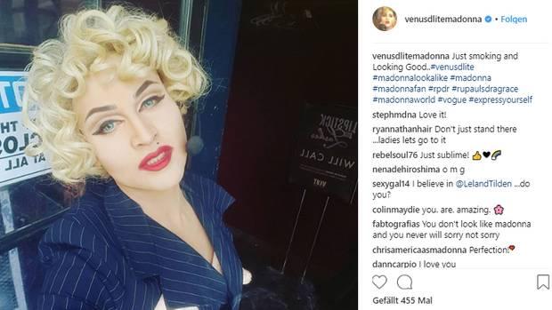 Adam Guerra geschminkt und verkleidet als Madonna, posiert mit lockigen Haaren und strengem Blazer