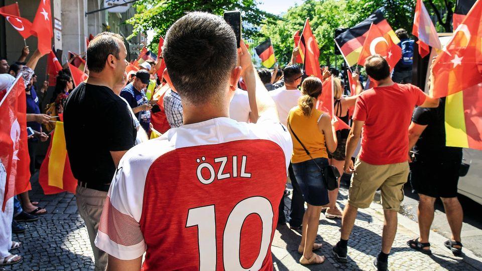 Gegen die alltägliche Diskriminierung: Unterstützer von Mesut Özil demonstrieren in Berlin