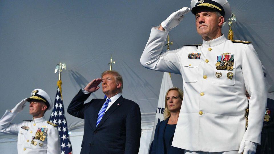 Trump salutiert während einer Zeremonie zum Führungswechsel im Hauptquartier der Küstenwache in Washington