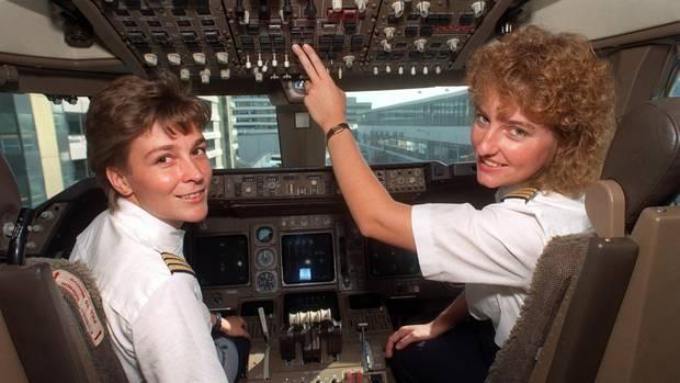 Evi Lausmann (l) und Anja Ellenrieder im Cockpit einer Boeing 747. Die beiden Frauen waren 1991 die ersten Co-Pilotinnen der Lufthansa, die einen Jumbojet auf Langstreckenflügen steuern durften.