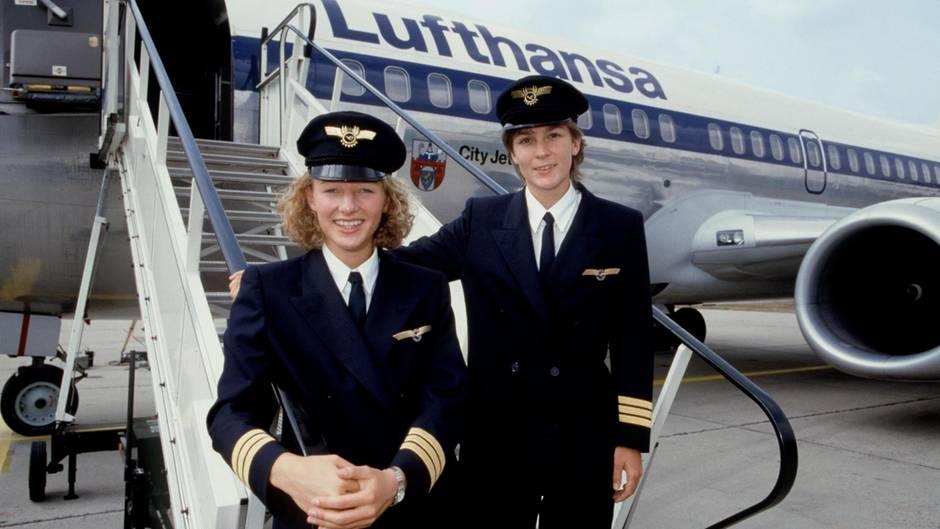 Die ersten von Lufthansa ausgebildeten Pilotinnen stehen 1988 vor einer Boeing 737-200: Nicola Lisy undEvi Hetzmannseder.
