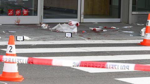 Kerpen: Beweismarkierungen stehenam Tatort, wo ein Mann mit einem Beil zwei Menschen attackiert und schwer verletzt hat
