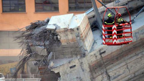 Bergungsarbeiten an eingestürzter Brücke in Genua - Feuerwehr birgt tote Familie mit neunjährigem Mädchen