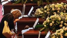 Genua. Die Hafenstadt am Mittelmeer trauert um die Opfer des Einsturzes der Morandi-Brücke. Zur Beginn der offiziellen Gedenkfeier küsst eine Frau einen Sarg. Für die Angehörigen der durch die Katastrophe so plötzlich aus dem Leben gerissenen Menschen ist es ein besonders schmerzlicher Abschied. Fast zur gleichen Zeit wurden weitere Opfer aus den Trümmern geborgen: eine dreiköpfige Familie, darunter einneun Jahre altes Mädchen, war in ihrem Auto mit der Brücke in die Tiefe gestürzt. Die Zahl der Toten erhöhte sich damit auf 41; weitere Personen werden noch vermisst.