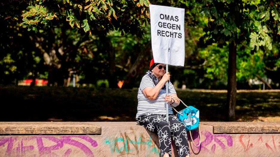 """Berlin, Deutschland. Gegen die jährlich stattfindende Neonazi-Veranstaltung zum Todestag von Heß, der sich am 17. August 1987 im Kriegsverbrechergefängnis in Spandau das Leben genommen hat, richtet sich diese Demonstrantin - und mit ihr Hunderte Gleichgesinnte. """"Kein Platz für Nazis"""" stand auf Luftballons, """"Spandau bleibt nazifrei"""" auf Plakaten. Rechtsextremisten erwarteten zu ihrer Kundgebung zur Verherrlichung des Stellvertreter Hitlers rund 500 Besucher, die Veranstalter der Gegendemonstrationen mit bis zu 4000 Teilnehmern."""