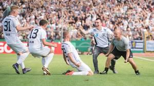 Der SSV Ulm bejubelt den Torschützen Steffen Kienle, nach seinem Treffer zum 1:0 gegen Eintracht Frankfurt