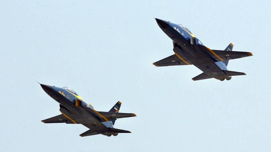 Zwei iranische Saeqeh-Kampfjets bei einer Übung im Jahr 2007. Die Flugzeuge wurden im eigenen Land entwickelt.