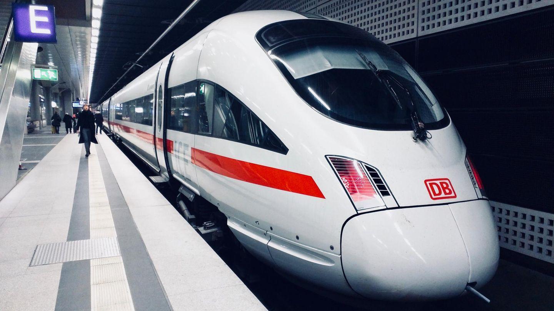 Ein IntercityExpress der deutschen Bahn steht in einem Untergrund-Bahnhof
