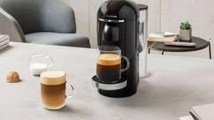 Her mit dem Kaffeee-Humpen! DieVertuo füllt Becher mit 0,4 Litern.