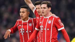 Sebastian Rudy (r.) mit seinen Teamkollegen beim FC Bayern Thiago und Robert Lewandowski