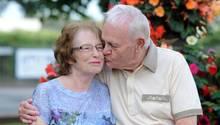 Ron gibt Ruth ein Küsschen auf die Wange