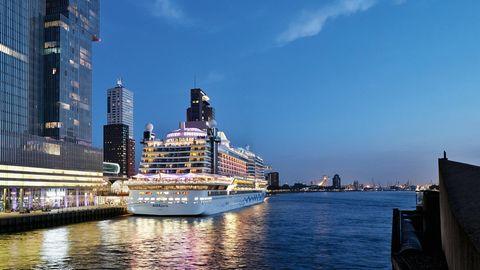 """Im Hafen von Rotterdam schaltet die """"Aida Perla"""" zur Stromversorgung von Marinediesel auf schadstoffarmes Flüssigerdgas um."""