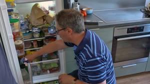 MikrobiologeProf. Dr. Markus Egert nimmt für stern TV Proben aus einem Kühlschrank.