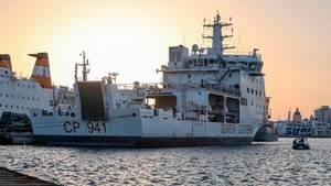"""Das Schiff """"Diciotti""""der italienischen Küstenwache mit 67 Migranten an Bord, liegt im Hafen von Trapani"""