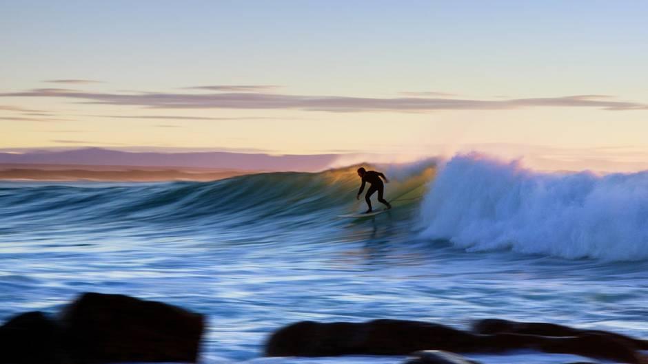 Alle Surfer träumen von unberührten Surf-Stränden, abernicht immer wollen die Einheimischen ihr Paradies mit den Urlaubern teilen (Symbolbild).