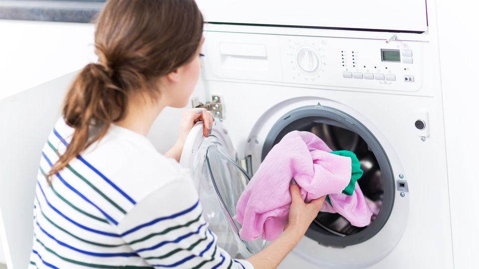 Wäsche wird in einer Waschmaschine gewaschen