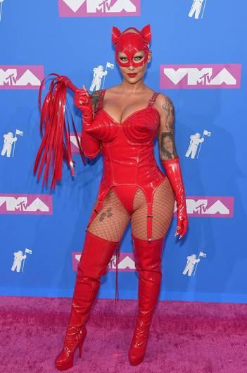 Fetischparty oder Karneval? Model Amber Rose hat sich wohl bei der Veranstaltung geirrt und schoss mit ihrem roten Lack-Leder-Outfit weit übers Ziel hinaus.