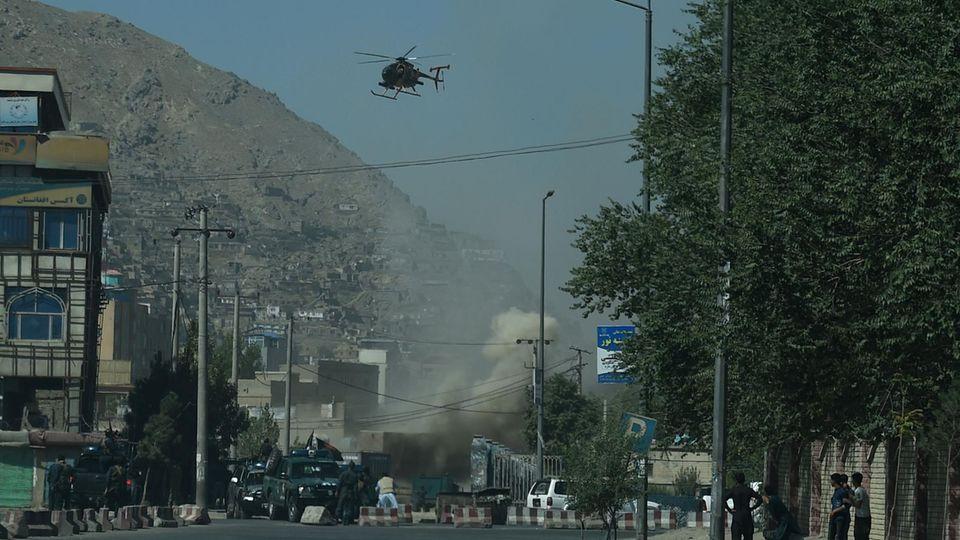 Rauch steigt in Kabul auf, nachdem mehrere Raketen in der Hauptstadt Afghanistans eingeschlagen sind