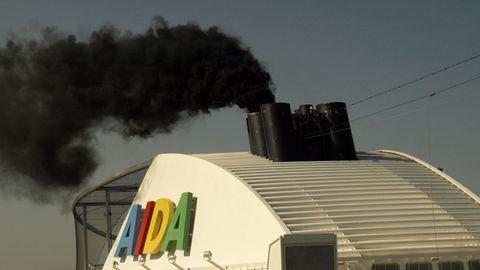 Rauchender Schornstein bei einem älteren Schiff von Aida Cruises im Hafen von Valencia