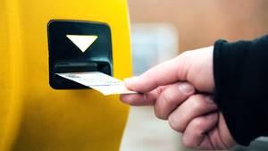 Wer ohne gültiges Ticket im öffentlichen Nahverkehr unterwegs ist, muss Strafe zahlen (Symbolbild)