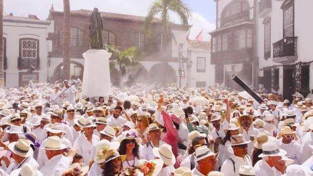 Während des Karnevals wird ausgiebig gefeiert, wie hier auf der Los Indianos Party inSanta Cruz de La Palma.