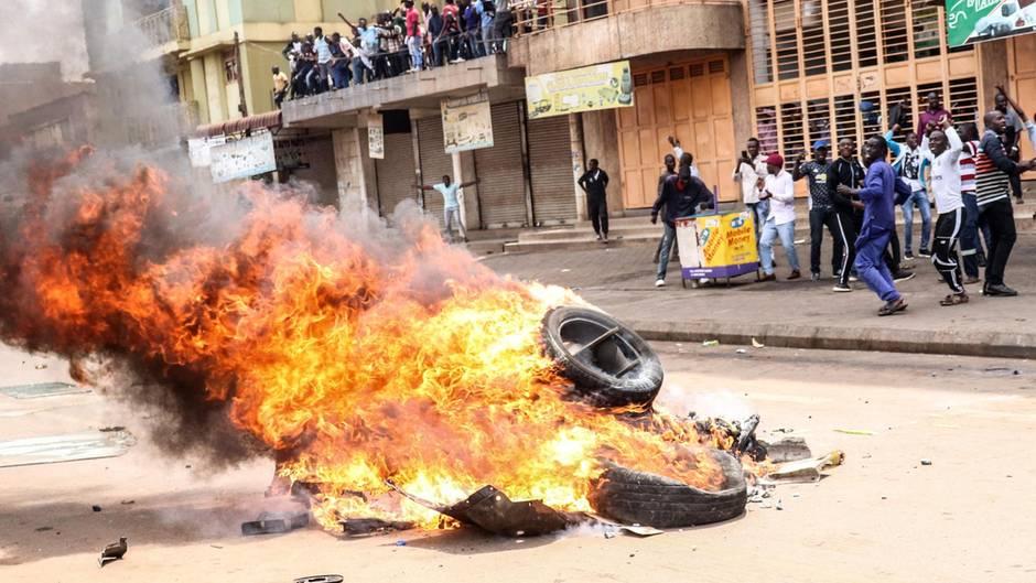In Kampala, Uganda lodern die Barrikaden. Demonstranten fordern lautstark, die Haftentlassung des Oppositionspolitikers Robert Kyagulanyi. Der steht wegen illegalen Waffenbesitzes vor Gericht, machte aber bisher durch Protestsongs gegen die Regierung von sich Reden. Viele Ugander halten den drohenden Prozess für politisch motiviert und vermuten einen Racheakt des Staatschefs.