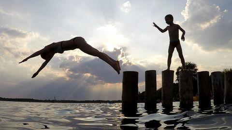 Eine junge Frau kühlt sich im Markkleeberger See von der Sommerhitze ab