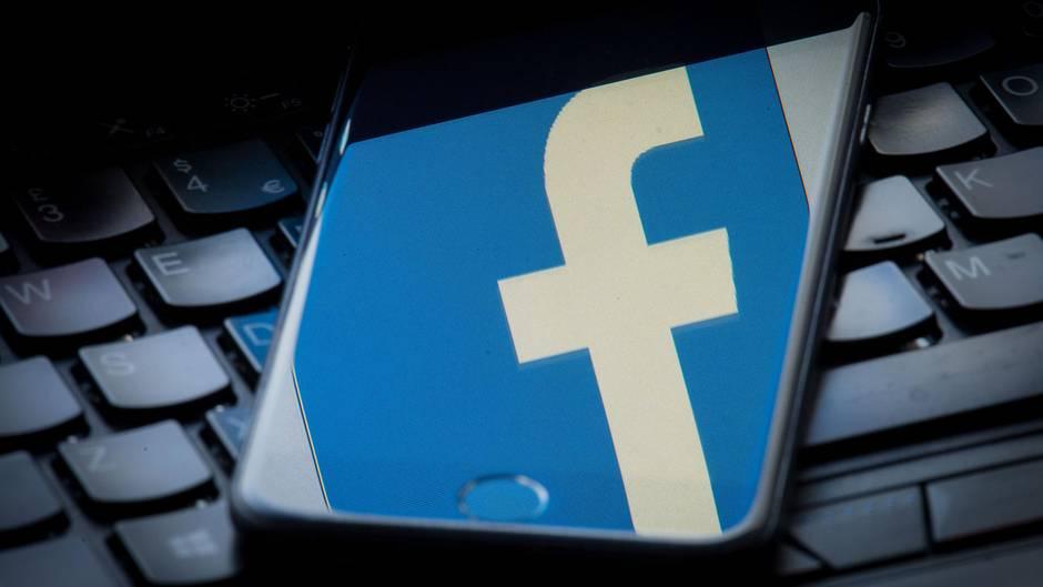Facebook-Logo auf Smartphone - Netzwerk löscht Fake-Accounts und stoppt politische Kampagne