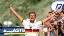 Jan Ullrich reißt beim Passieren des Zielstrichs in Andorra jubelnd die Arme hoch