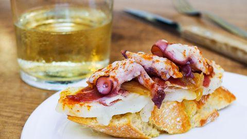 """Platz 1: Pintxos, San Sebastian  Diese Leckerbissen sind eigentlich mit spanischen Tapas vergleichbar. Gegessen werden sie immer in Begleitung mit einem Drink. Die besten Pintxos soll es laut dem """"Lonely Planet"""" im nordspanischen San Sebastian geben. Ursprünglich waren sie einfache Sandwiches, heute ist der Kulinarik keine Grenzen gesetzt, auch die Hoch- und Molekularküche habendie kleinen Brötchen für sich entdeckt."""