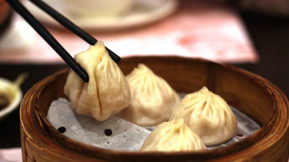 """Platz 10: Dim Sum, Hongkong  Dim Sum heißt nichts anderes als """"leichter Snack"""" und wird auf der ganzen Welt serviert. Aber nirgendwo schmecken sieso gut, wie in Hongkong, so die Experten vom """"Lonely Planet"""". Man bekommt sie dort in diversen Ausführungen - voneinfach bis fancy. Traditionell befindet sich in den gedämpften Teigtaschen Schweinefleisch oder Shrimps, es gibt sie aber auch mit Jakobsmuscheln, Kaviar,Shrimps und Foie Gras."""