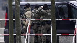 SEK-Beamte in Berlin: Der mutmaßliche Islamist soll einen Komplizen in Frankreich gehabt haben