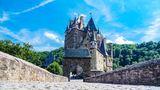 Die Burg Eltz aus dem 12. Jahrhundert liegt im Tal der Elz in Rheinland-Pfalz, die das Maifeld von der Eifel trennt.