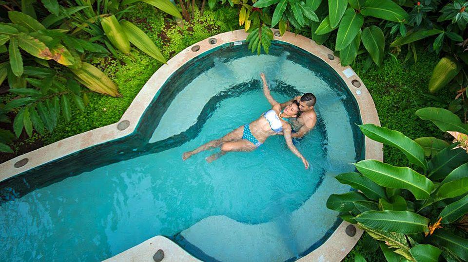 Tiefentspannt im Dschungel: Couple im Pool einer Ökolodge